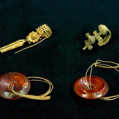 gioielli con decorazioni in oro giallo