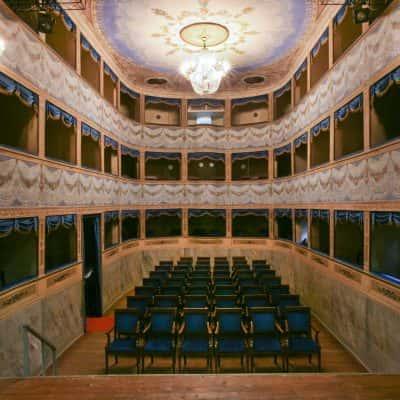 Interno del teatro con decorazioni in legno e stucchi