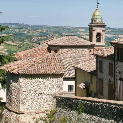 Vista sui tetti delle case e campanile sullo sfondo
