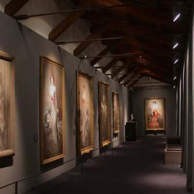 corridoio espositivo con quadri di donna