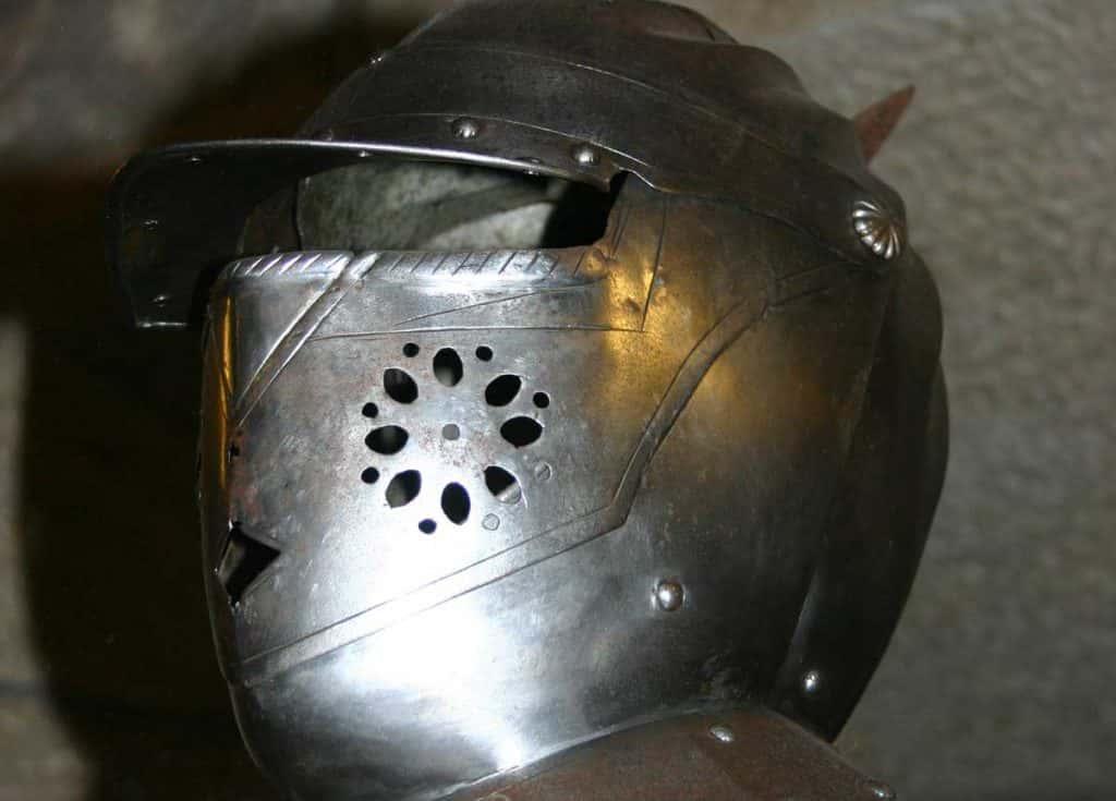 elmetto di armatura antica