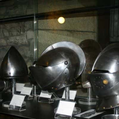 Teca con elmetti di armatura nel Museo delle Armi di San Marino