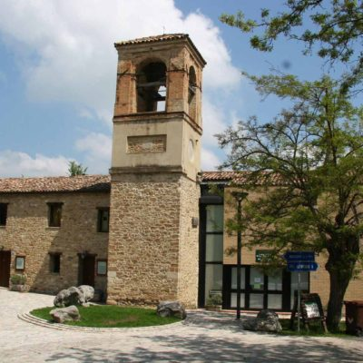 esterno dell'edificio con torre