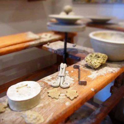 tavolo da lavoro con strumenti e maioliche
