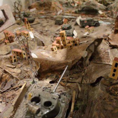plastico con carri armati e macerie di guerra
