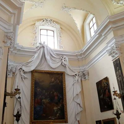 altare con quadri, soffitto e colonne decorate