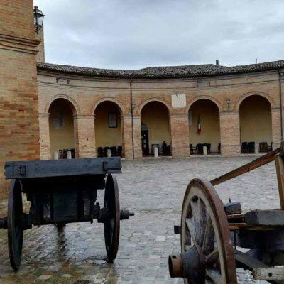 piazza padella con attrezzi da lavoro storici